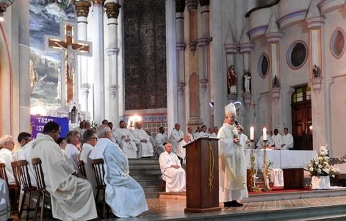 Padres e Diáconos celebram unidade com o Bispo