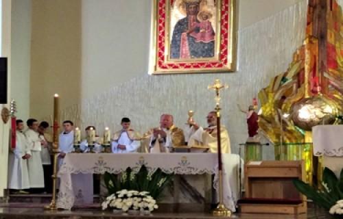 Padre Tomasz concelebra missa na Polônia